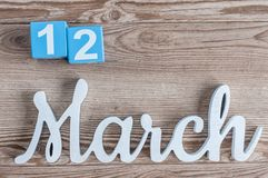 12 maart Dag 12 van maart-maand, dagelijkse kalender op houten lijstachtergrond met gesneden teksten De de lentetijd… nam bladere Royalty-vrije Stock Fotografie