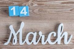 14 maart Dag 14 van maart-maand, dagelijkse kalender op houten lijstachtergrond met gesneden teksten De de lentetijd… nam bladere Stock Fotografie