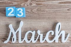 23 maart Dag 23 van maart-maand, dagelijkse kalender op houten lijstachtergrond met gesneden teksten De de lentetijd… nam bladere Stock Afbeeldingen