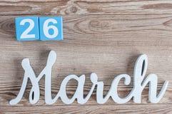 26 maart Dag 26 van maart-maand, dagelijkse kalender op houten lijstachtergrond met gesneden teksten De de lentetijd… nam bladere Royalty-vrije Stock Foto