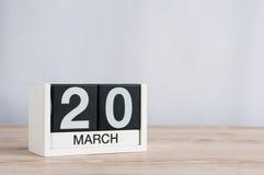 20 maart Dag 20 van maand, houten kalender op lichte achtergrond De lentedag, lege ruimte voor tekst Stock Foto's