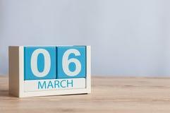 6 maart Dag 6 van maand, houten kleurenkalender op lijstachtergrond De lentetijd, lege ruimte voor tekst Stock Fotografie