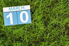 10 maart Dag 10 van maand, kalender op achtergrond van het voetbal de groene gras De lentetijd, lege ruimte voor tekst Royalty-vrije Stock Fotografie