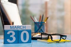 30 maart Dag 30 van maand, kalender op bedrijfsbureauachtergrond, werkplaats met laptop en glazen De de lentetijd… nam bladeren,  stock afbeelding