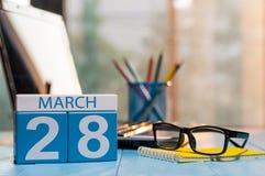 28 maart Dag 28 van maand, kalender op bedrijfsbureauachtergrond, werkplaats met laptop en glazen De de lentetijd… nam bladeren,  Stock Afbeelding