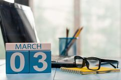 3 maart Dag 3 van maand, kalender op bedrijfsbureauachtergrond, werkplaats met laptop en glazen Lege de lentetijd, Royalty-vrije Stock Foto