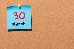 30 maart Dag 30 van maand, kalender op cork de achtergrond van de berichtraad De lentetijd, lege ruimte voor tekst Royalty-vrije Stock Fotografie