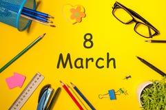 8 Maart - de dag van de Internationale vrouw De kalender op het bureau van het bureauwerk met bureau levert achtergrond dag 8 van Stock Afbeeldingen