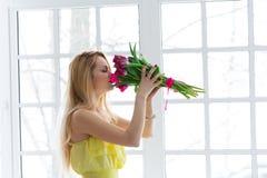 8 maart, de dag van internationale vrouwen, vrouw met bloemen Stock Afbeelding