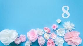 8 maart de kaart van de Vrouwen` s Dag met document bloemen Royalty-vrije Stock Afbeeldingen