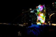 1 maart, 2017: De Merlion-Fontein bij nacht Singapore Stock Afbeeldingen