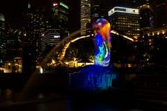 1 maart, 2017: De Merlion-Fontein bij nacht Singapore Stock Fotografie
