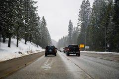 25 maart, de Pas van Yuba van 2018/CA/de V.S. - Zwaar verkeer die op die I80 de Siërra bergen oversteken, door ongunstige weersom stock afbeelding