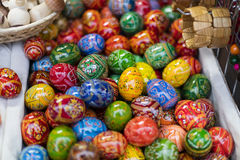 25 MAART, 2016: De traditionele houten decoratieve eieren verkochten bij traditionele Pasen-markten op Oud Stedenvierkant in Praa Royalty-vrije Stock Fotografie