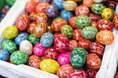 25 MAART, 2016: De traditionele houten decoratieve eieren verkochten bij traditionele Pasen-markten op Oud Stedenvierkant in Praa Stock Fotografie