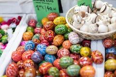 25 MAART, 2016: De traditionele houten decoratieve eieren verkochten bij traditionele Pasen-markten op Oud Stedenvierkant in Praa Stock Foto