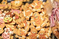 25 MAART, 2016: De traditionele peperkoek bakte goederen bij traditionele Pasen-markten op Oud Stedenvierkant in Praag Stock Fotografie