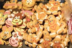 25 MAART, 2016: De traditionele peperkoek bakte goederen bij traditionele Pasen-markten op Oud Stedenvierkant in Praag Stock Afbeelding