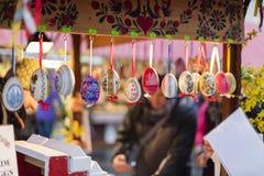25 MAART, 2016: De typische decoratieve eieren verkochten bij traditionele Pasen-markten op Oud Stedenvierkant in Praag, Tsjechis Stock Fotografie