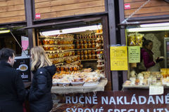 25 MAART, 2016: De typische goederen en de decors verkochten bij traditionele Pasen-markten op Oud Stedenvierkant in Praag, Tsjec Stock Foto's