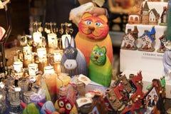 25 MAART, 2016: De typische goederen en de decors verkochten bij traditionele Pasen-markten op Oud Stedenvierkant in Praag, Tsjec Stock Fotografie
