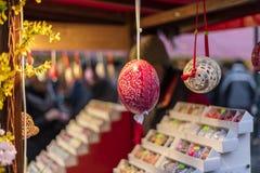 25 MAART, 2016: De typische goederen en de decors verkochten bij traditionele Pasen-markten op Oud Stedenvierkant in Praag, Tsjec Royalty-vrije Stock Fotografie