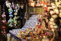 25 MAART, 2016: De typische goederen en de decors verkochten bij traditionele Pasen-markten op Oud Stedenvierkant in Praag, Tsjec Royalty-vrije Stock Afbeeldingen