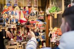 25 MAART, 2016: Een klant die de typische decors bekijkt verkocht bij traditionele Pasen-markten op Oud Stedenvierkant in Praag Stock Afbeelding