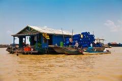 25 maart, 2014 Het drijvende dorp, caled Komprongpok, op Stock Afbeeldingen