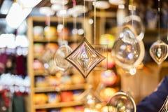 25 MAART, 2016: Het hangen van de decoratieve glaswerken verkocht bij traditionele Pasen-markten op Oud Stedenvierkant in Praag Royalty-vrije Stock Foto