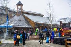 24 maart, het Zuidenmeer van 2018 Tahoe/CA/de V.S. - Mensen gatheres rond het Hemelse uitgangspunt van Ski Gondola op een ochtend royalty-vrije stock fotografie