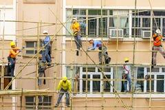 6 maart, 2017 Hon Kong Arbeiders die aan een bamboesteiger werken in Hong Kong Stock Foto's