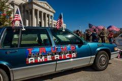 4 MAART, 2017 - JEFFERSON CITY - de AUTOteken van TROEFamerika toont President Trump Supporters At Rally, Jefferson City, het Cap stock foto