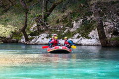 27 maart 2011 Konitsa, Griekenland - Rafting in Voidomatis-rivier, Epirus, Griekenland, onder een oude steenbrug Stock Foto