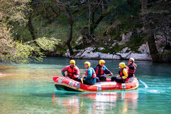 27 maart 2011 Konitsa, Griekenland - Rafting in Voidomatis-rivier, Epirus, Griekenland, onder een oude steenbrug Stock Afbeeldingen