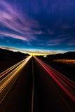 12 MAART, 2017, LAS VEGAS, NV - weggeschoten lichten bij zonsondergang over 15 Tusen staten, zuiden van Las Vegas, Nevada bij zon Stock Afbeelding