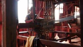 4 maart 2016 Nyaungshwe, Myanmar Vrouwen die aan textielmachine binnen - Myanmar werken - 2 video'sopeenvolging stock footage