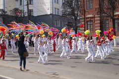 Maart op 1 Mei in de stad van Cheboksary royalty-vrije stock afbeelding