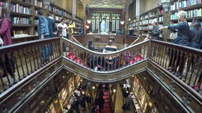06 maart, 2017 - PORTO, PORTUGAL: Mensen in beroemde Livraria Lello Livraria Lello is oude boekhandel in Porto stock video