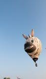 12 maart, 2016: Putraya, Maleisië: Een gestreepte hete luchtballon op lucht Stock Afbeeldingen