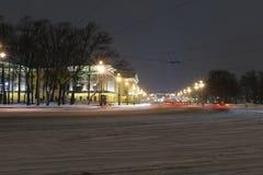 Maart 2019, Rusland, St. Petersburg De weg aan de paleisbrug Auto's die door de Admiraliteit overgaan De mening van de nacht Lang royalty-vrije stock foto's