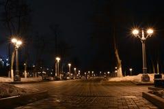 24 Maart 2016, Samara, Rusland - riviergang met verlichte lantaarns bij nacht Royalty-vrije Stock Foto's