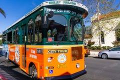 19 maart, 2019 San Diego/CA/de V.S. - Hop op/Hop van trolleybus die mensen op een stadsreis nemen van San Diego stock foto