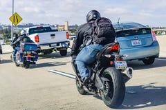 19 maart, 2019 San Diego/CA/de V.S. - Motorrijders die door zwaar verkeer berijden stock afbeeldingen