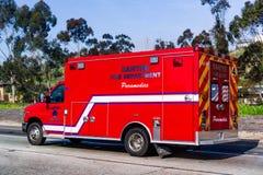 19 maart, 2019 Santee/CA/de V.S. - steek Deparment-Paramedicivoertuig het drijven op een straat in brand stock foto's