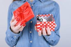 8 maart-van de de winstwinnaar van de valentijnskaartbinnenkant van het de loterijgeluk de wens autogiv stock foto