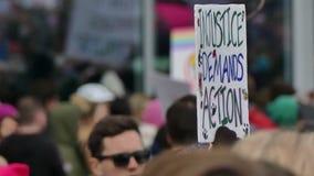 Maart van politieke protestvrouwen stock videobeelden
