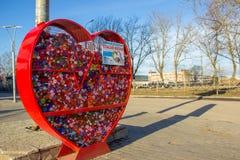 23 Maart 2019, Veliky Novgorod, Rusland, originele ecologische openbare projectinzameling van plastic kroonkurken royalty-vrije stock foto