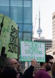Maart voor Wetenschap in Toronto, Canada met CN Toren Stock Afbeelding
