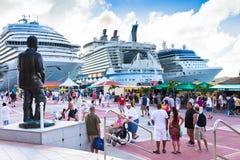 在圣Maarten的繁忙的巡航端口 免版税库存图片
